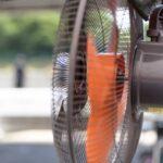 扇風機を窓の外に向ける換気法|涼しい外気と室内の熱気の入れ替え